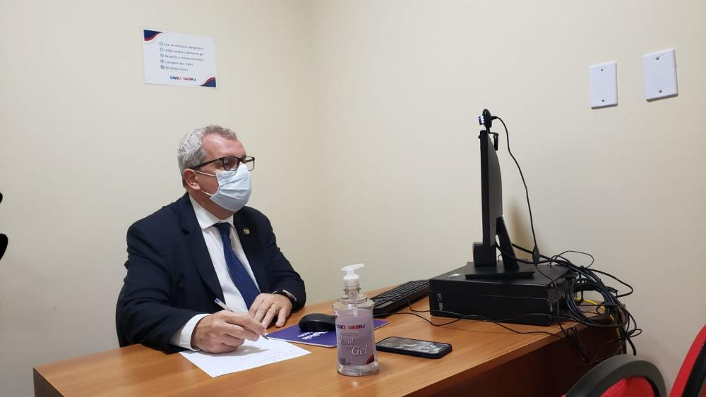 Ricardo Menezes utilizou um dos escritórios digitais da OABRJ para participar do teste / Foto: Bruno Mirandella