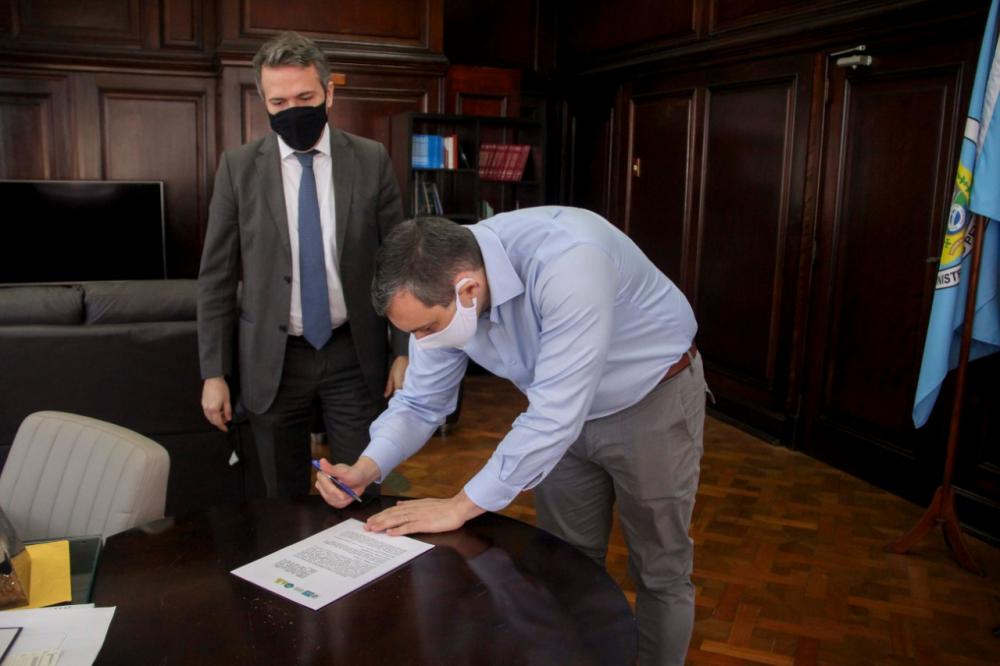 Raphael Montenegro e Marcello Oliveira na assinatura do convênio / Foto: Bruno Marins
