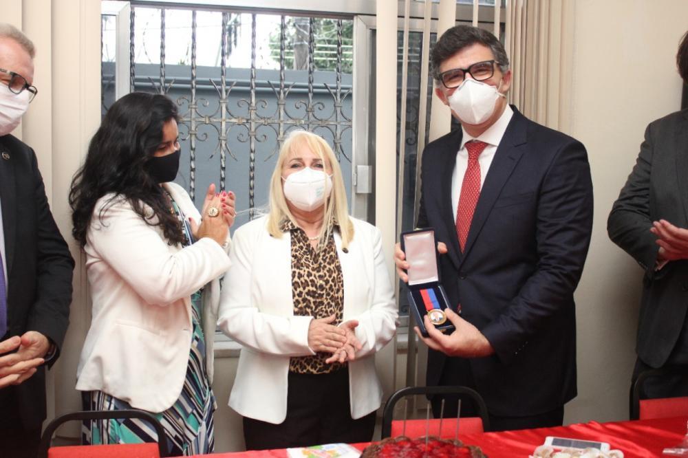 Maria de Fátima entregou a Luciano a Medalha Antônio Faria, que faz referência ao primeiro presidente da subseção / Foto: Bruno Marins
