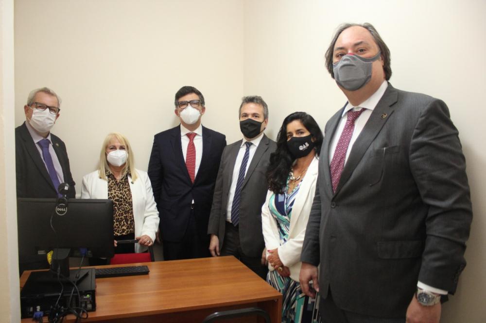 Comitiva da Ordem e da Caarj com a presidente da subseção no interior de um dos escritórios / Foto: Bruno Marins