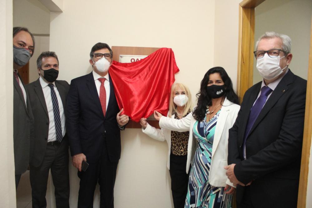A comitiva da Ordem e da Caarj descerra a placa de inauguração dos escritórios digitais na Pavuna / Foto: Bruno Marins