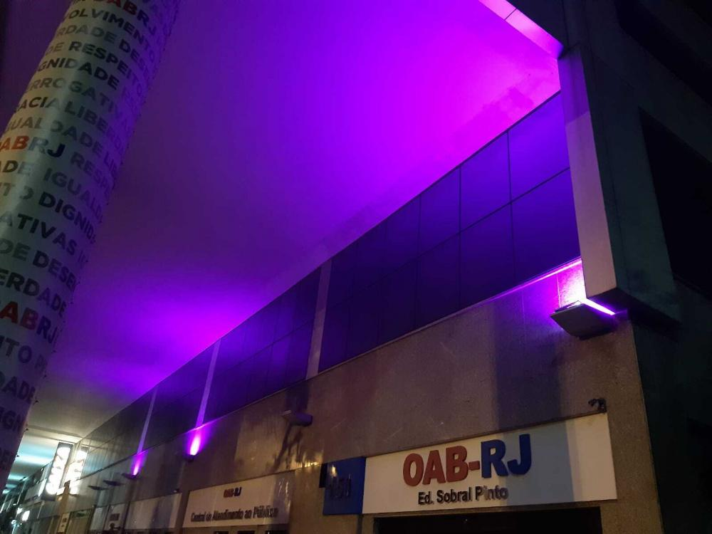 Iluminação lilás no prédio permanecerá até o fim do mês / Foto: Divulgação