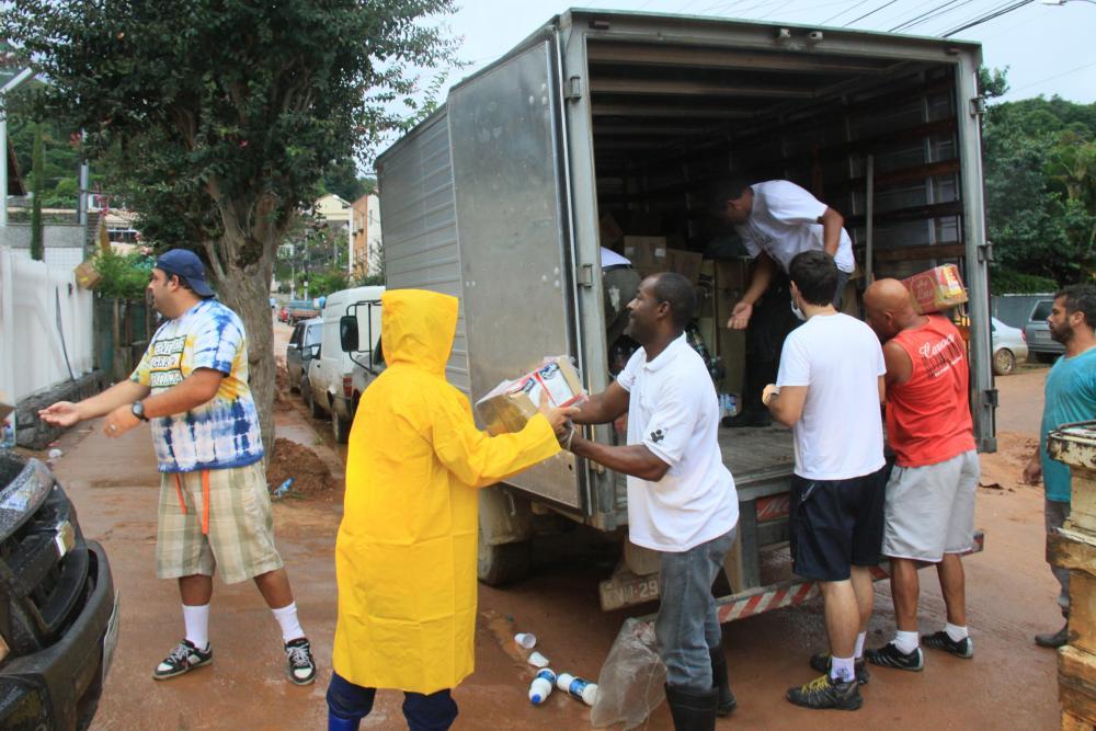 Funcionários ficaram responsáveis pela distribuição de donativos à população / Foto: Lula Aparício