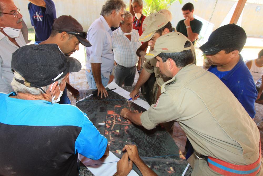 Reunião com a Defesa Civil para mapear áreas de resgate / Foto: Lula Aparício