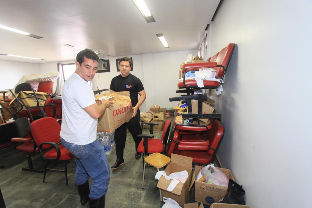 Funcionários e diretores ergueram as mangas para a reconstrução de escritórios / Foto: Lula Aparício
