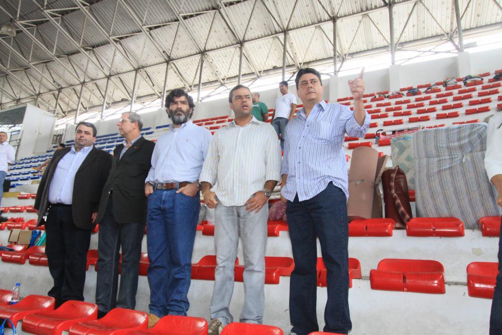 Em visita a um ginásio que servia de abrigo às vítimas, Ordem fez o levantamento das doações necessárias / Foto: Lula Aparício