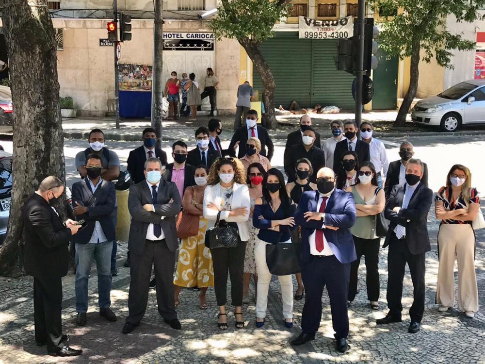 Grupo caminhou até a sede da Polícia Civil para protocolar a representação