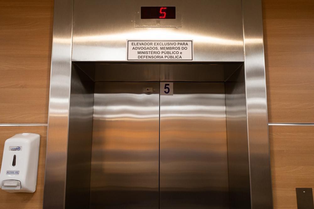 Advocacia tem, agora, elevador exclusivo junto aos membros do Ministério Público e da Defensoria / Foto: Brunno Dantas (TJRJ)