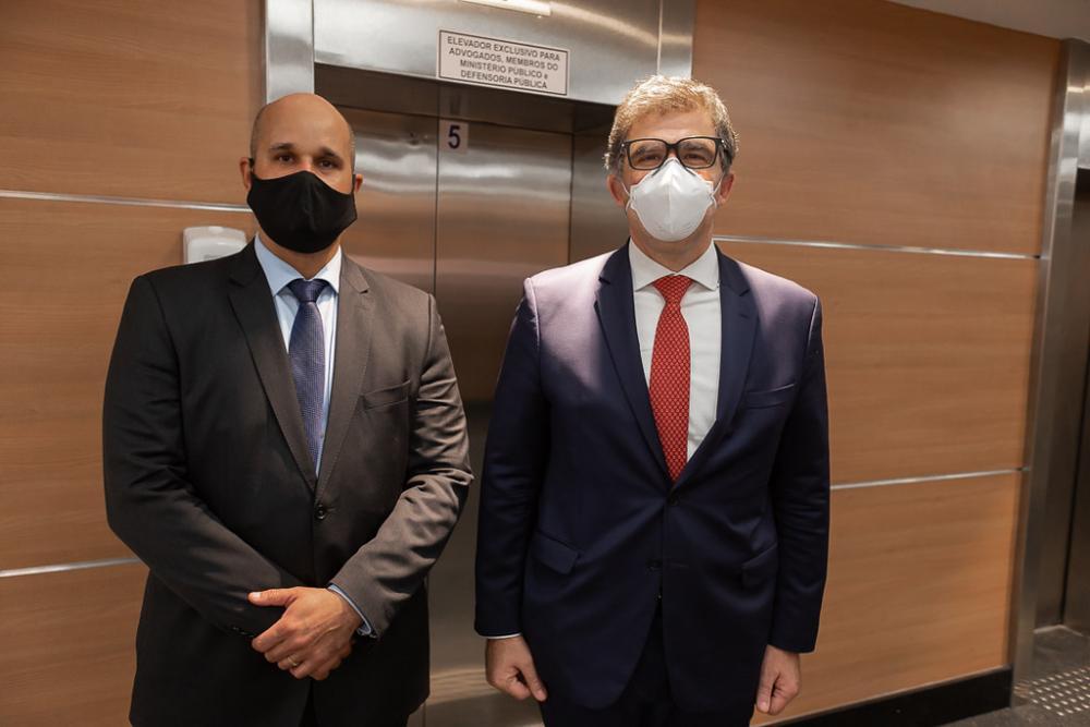 Presidentes da OAB/Barra da Tijuca, Marcus Antonio Soares, e da Seccional, Luciano Bandeira, em frente ao elevador privativo / Foto: Brunno Dantas (TJRJ)