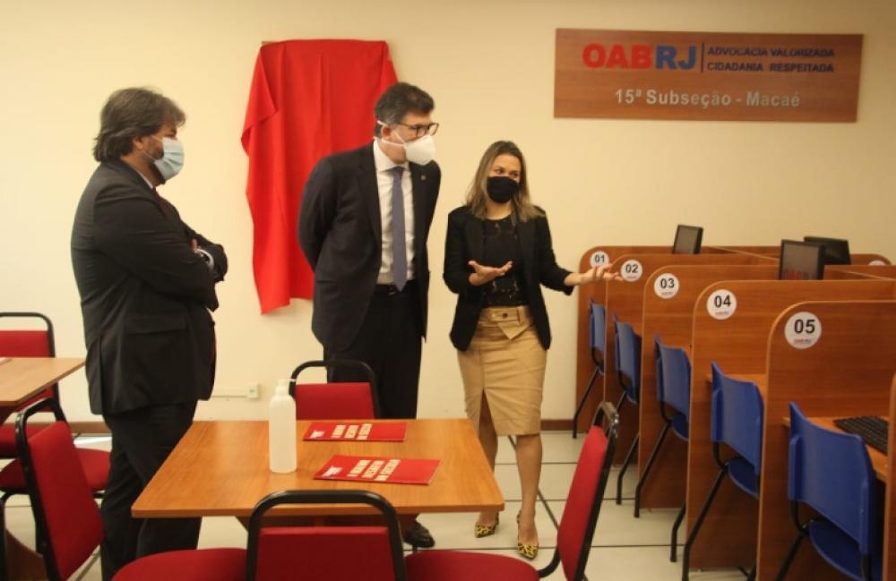 Álvaro Quintão, Luciano Bandeira e Ana Destefani vistoriaram as melhorias na sala do fórum local / Foto: Bruno Mirandella