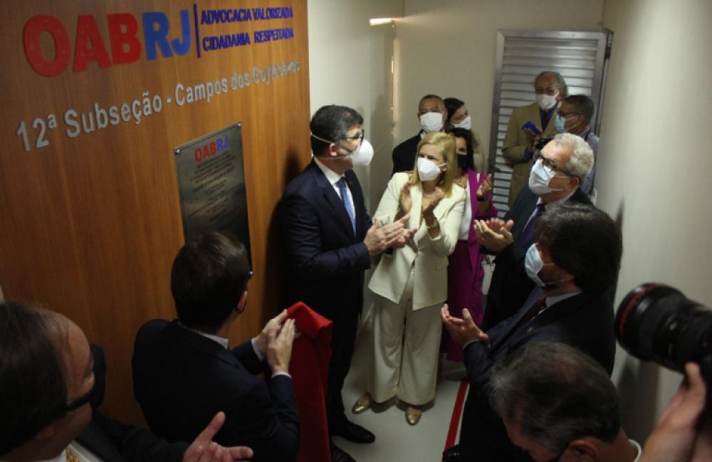 Acompanhado por membros da diretoria da Seccional e da Caarj, Luciano inaugura as melhorias na subseção / Foto: Bruno Mirandella