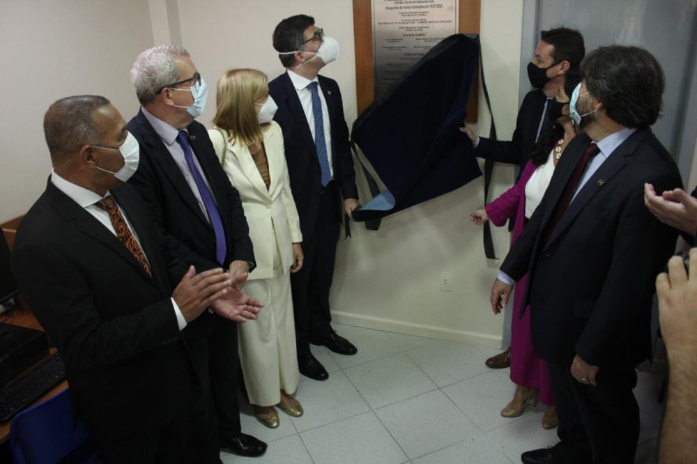 Após conferir as mudanças, Luciano e o presidente da subseção, Cristiano Miller,, descerraram a placa / Foto: Bruno Mirandella