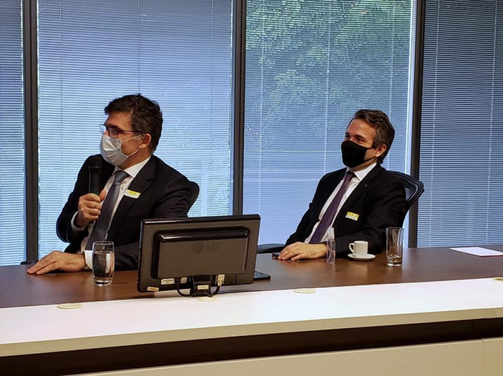 O presidente da OABRJ, Luciano Bandeira, ao microfone ao lado do presidente da Comissão de Prerrogativas, Marcello Oliveira / Foto: Eduardo Sarmento