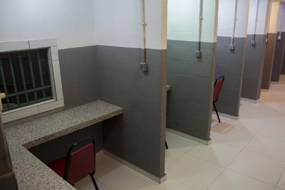 O teto foi rebaixado, foram instalados ar condicionado e novos interfones. Os advogados também ganharam uma sala de espera / Foto: Bruno Marins