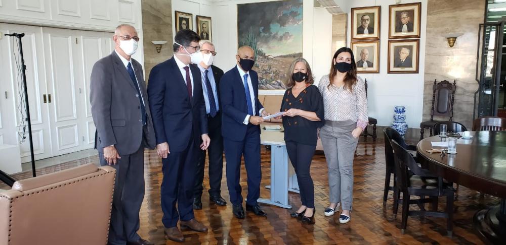 Presidente da OAB/Duque de Caxias entrega o pedido de expansão nas mãos da presidente do TRT1 / Foto: Eduardo Sarmento